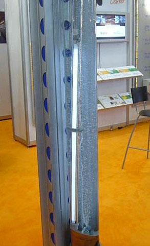 Прекрасная защита - включенный светильник погружен в резервуар с водой