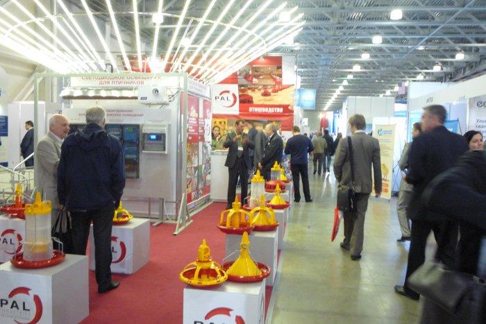 Трубчатые светодиодные светильники для птичников фирмы Резерв на стенде французской компании PAL